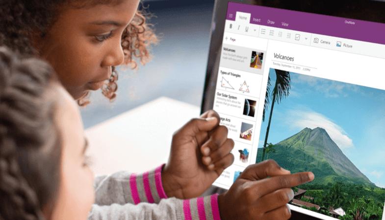 Ein Kind tippt mit dem Zeigefinger auf das Display des Surface Go, auf dem OneNote geöffnet ist
