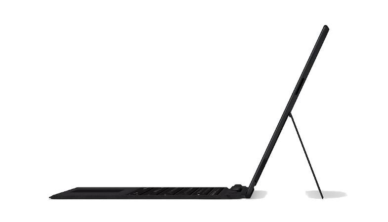 Das Surface Pro X in der Seitenansicht im Laptop-Modus mit Signature Keyboard in Schwarz