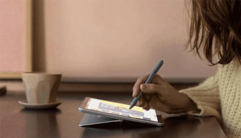 Das Surface Go 2 wird im Studio-Modus mit dem Surface Pen bedient