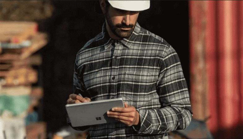 Das Surface Go 2 wird mobil im Tablet-Modus auf einer Baustelle verwendet
